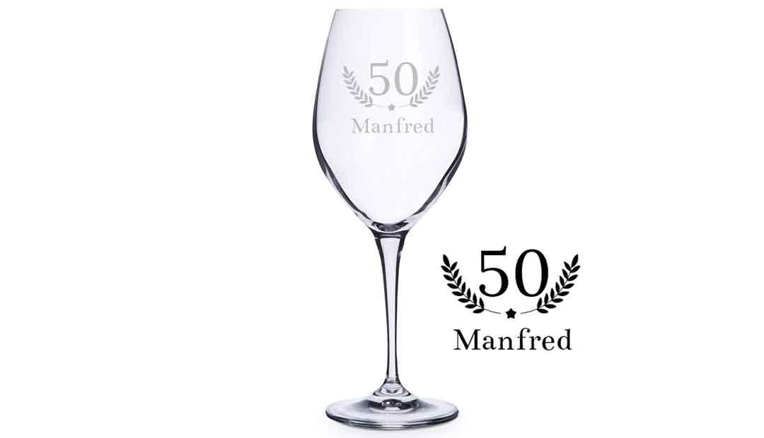 Bei diesem Weinglas kann man aus vielen Gravuren wählen. (Foto: Amazon)