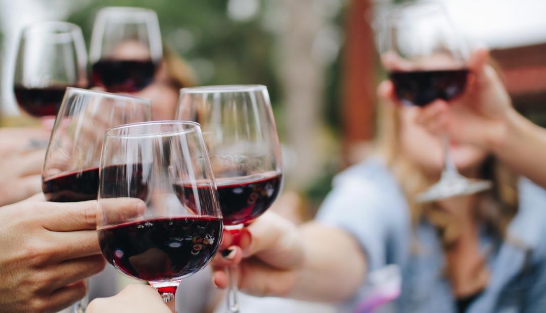 Die Form von Rotwein-Kelchen ist bauchiger. So erhält der Rotwein mehr Luft, um seine Aromen zu entfalten. (Foto: Kelsey Knight / Unsplash)