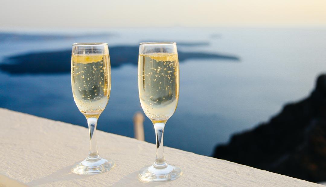 Ein Sektglas kann im Gegensatz zu Weisswein- und Rotweingläsern bis fast an den Rand befüllt werden. (Foto: Anthony DELANOIX / Unsplash)