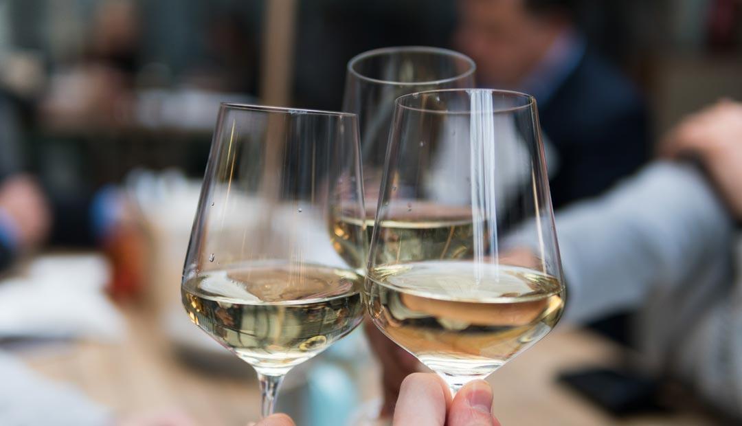 Weingläser sollten nicht zu voll gefüllt werden. Besser ist es häufiger nachzuschenken. (Foto: Matthieu Joannon / Unsplash)