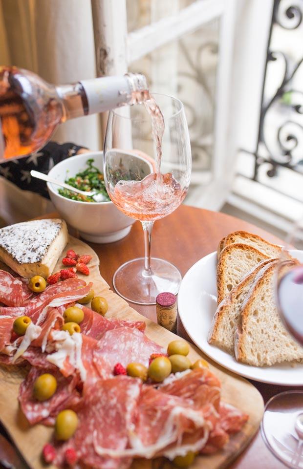 Zum gemütlichen Abendessen wird gerne Wein gereicht - Im Sommer auch gerne als Schorle gemischt. (Foto: John Canelis / Unsplash)