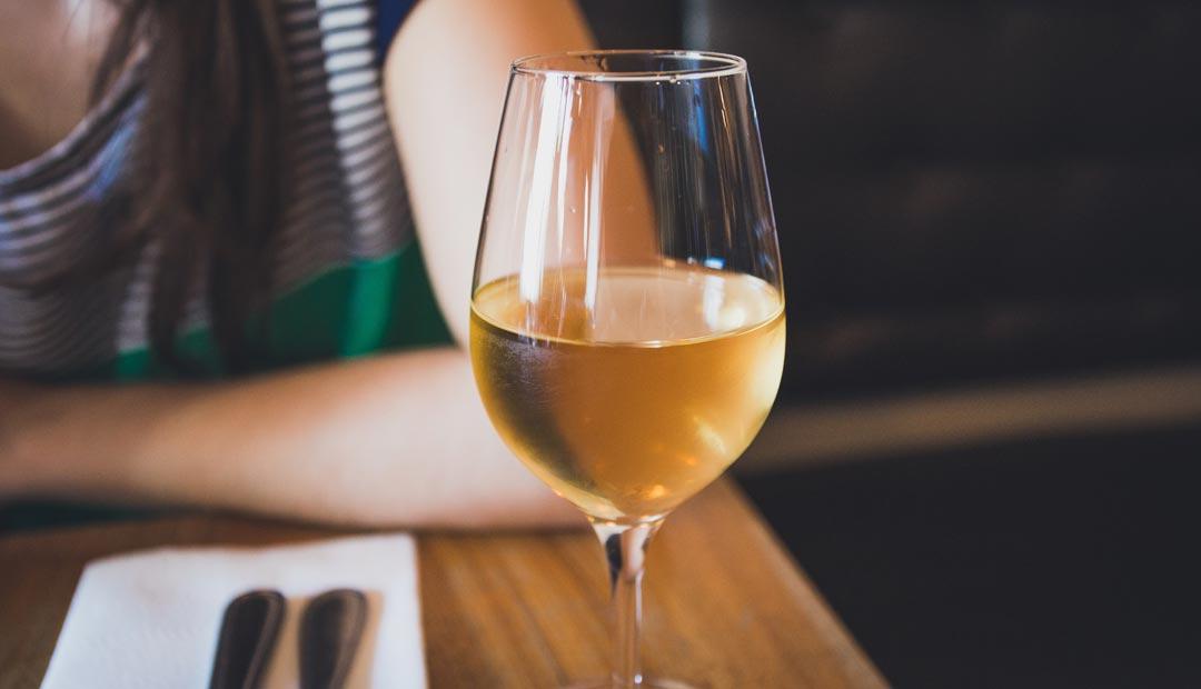 Im Vergleich weisen Weißweingläser einen weniger bauchigen Kelch auf. (Foto: Jp Valery / Unsplash)